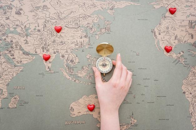 途中で装飾心とコンパスと世界地図の背景