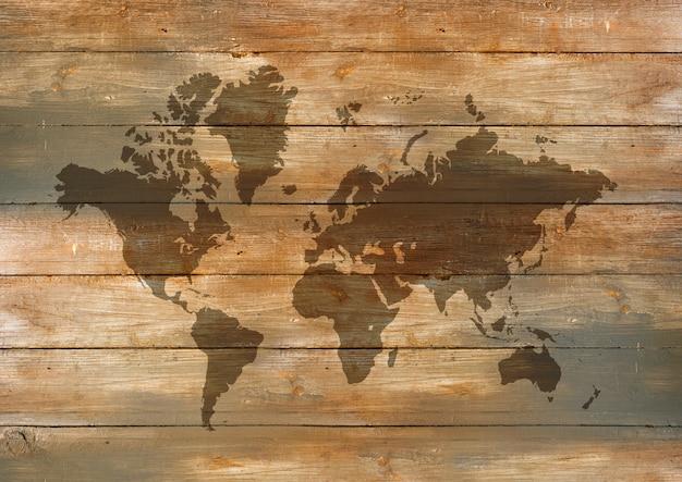 오래 된 나무 벽 배경에 고립 된 세계지도