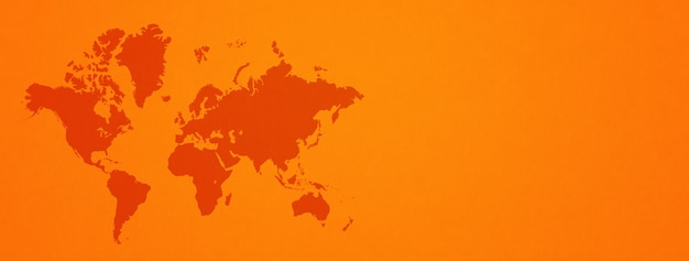 오렌지 벽 표면에 고립 된 세계지도
