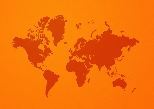 주황색 벽에 고립 된 세계지도