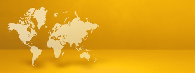 노란색 표면에 고립 된 세계지도