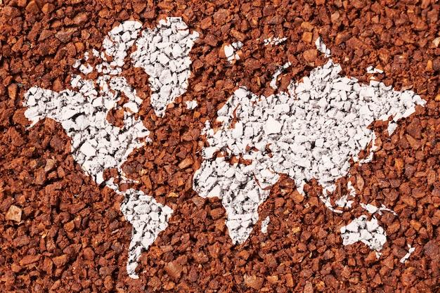 輸出の概念としての挽いたコーヒーの背景の世界地図