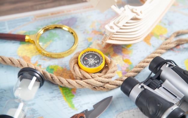 세계지도, 배, 나침반, 로프, 쌍안경, 칼. 여행