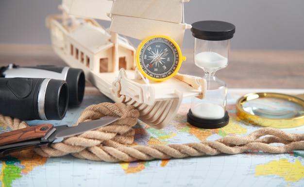 세계 지도, 배, 나침반, 밧줄, 쌍안경, 칼. 여행하다
