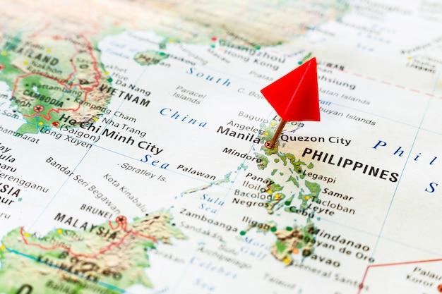 フィリピンの首都にピンで世界地図