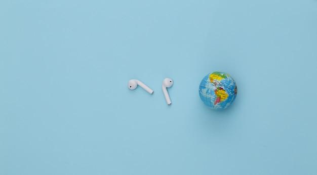 세계 음악의 날. 파란색 배경에 글로브 및 무선 헤드폰입니다.