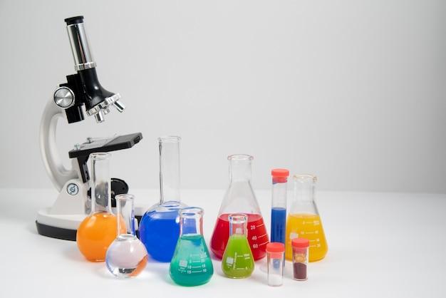 현미경과 복사 공간이 있는 세계 과학의 날 배열