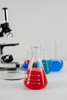 Disposizione della giornata mondiale della scienza con microscopio e spazio di copia