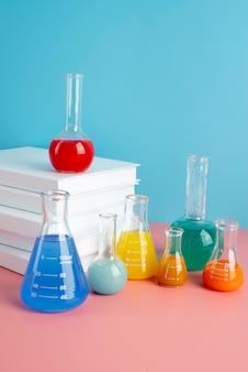 Ассортимент всемирного дня науки с химическими пробирками