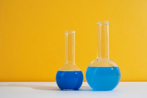 Assortimento per la giornata mondiale della scienza con tubi di chimica