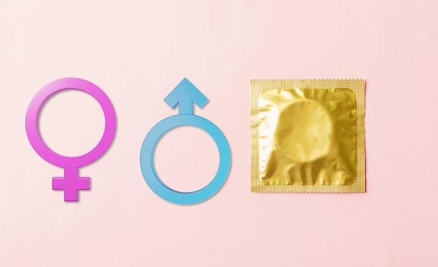 ラッパーパックと男性と女性の性別記号の世界の性的健康またはエイズデーコンドーム