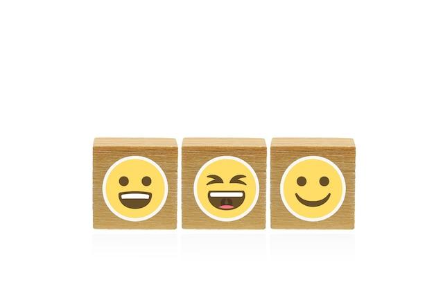 세계 미소의 날감정 얼굴 나무 큐브 흰색 배경에 나무 기하학적 모양 큐브