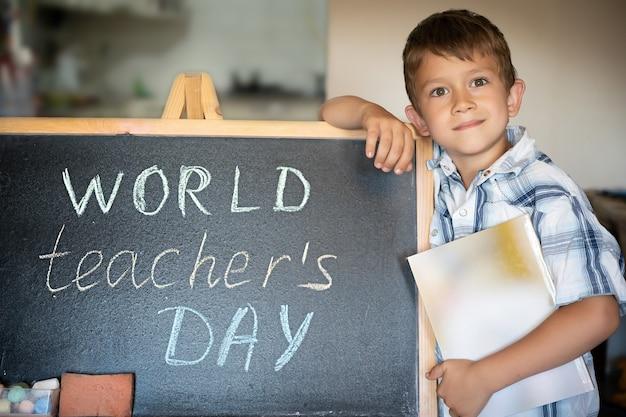 세계 교사의 날 인사말, 칠판 근처 학생 소년, 분필 비문 텍스트
