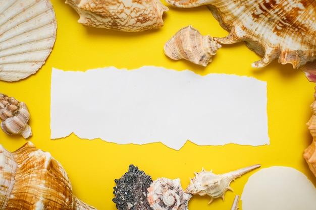 ヤシの葉、アサリの殻、靴の平らな背景の黄色の背景に世界観光の日の碑文