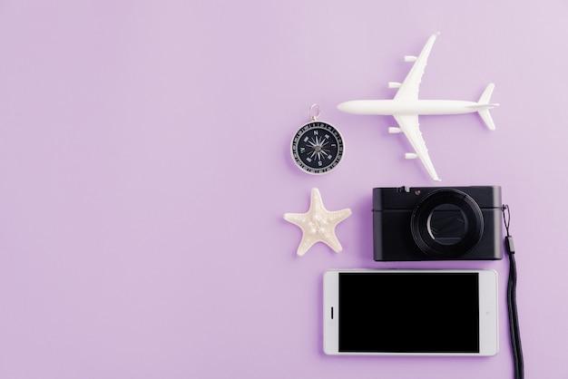 Всемирный день туризма модель самолета самолет морская звезда будильник компас и пустой экран смартфона