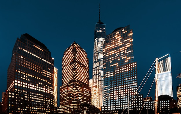 Всемирный торговый центр ночью, вид с реки гудзон, нью-йорк, сша