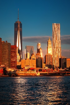 世界貿易センター。イーストリバー沿いのマンハッタンのスカイライン。