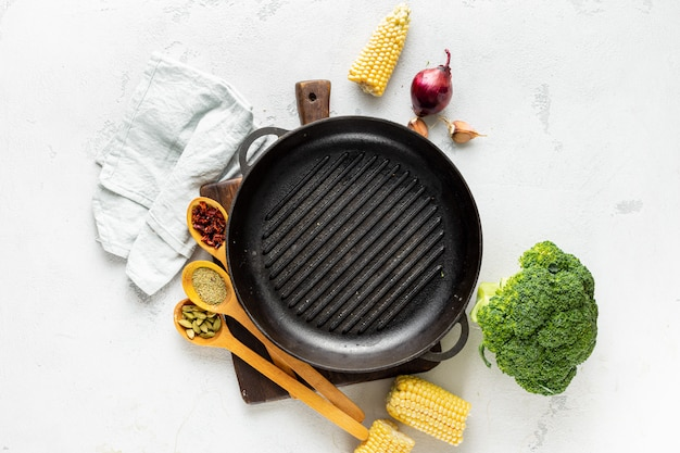 Всемирный день веганов концепции. пустой гриль кастрюлю со свежими вегетарианскими различными ингредиентами для приготовления веганской жареной пищи вид сверху