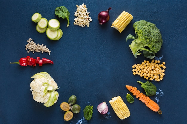 Всемирный день веганов. рамка из свежих вегетарианских ингредиентов для приготовления веганской тарелки на темном фоне вид сверху