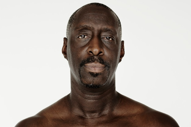 Worldface-uomo africano in uno sfondo bianco