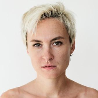 Worldface-donna kazaka in uno sfondo bianco
