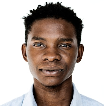 Uomo di worldface-ugandan in una priorità bassa bianca
