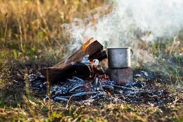 Разогревание напитка в огне