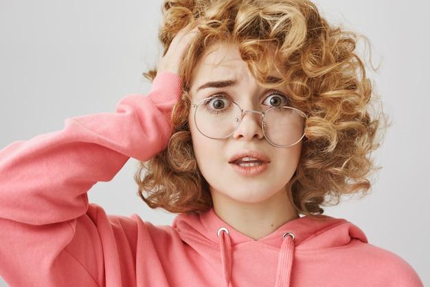 Взволнованная и обеспокоенная кудрявая девушка с проблемой