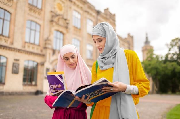 시험 전에 걱정. 시험 전에 책을 읽으면서 걱정을 느끼는 국제 무슬림 학생들