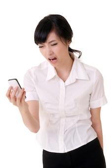 핸드폰을 들고 흰색 배경에 고함 걱정 된 비즈니스 여자.