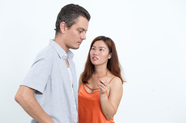 임신 테스트 결과 확인 걱정 된 부부