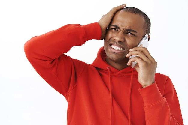 電話で話している心配している人