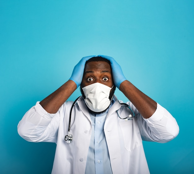 Обеспокоенный медик обеспокоен и боится вируса короны covid 19