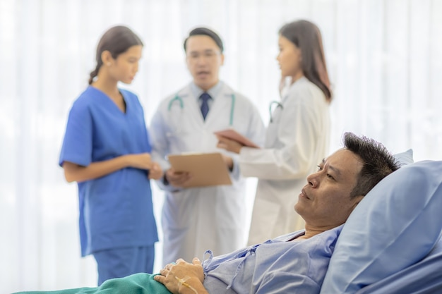 Беспокойный пациент в постели