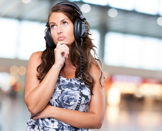 音楽を聴いて心配した女性