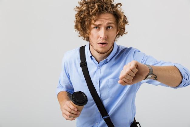 遅れて走っている心配している青年実業家
