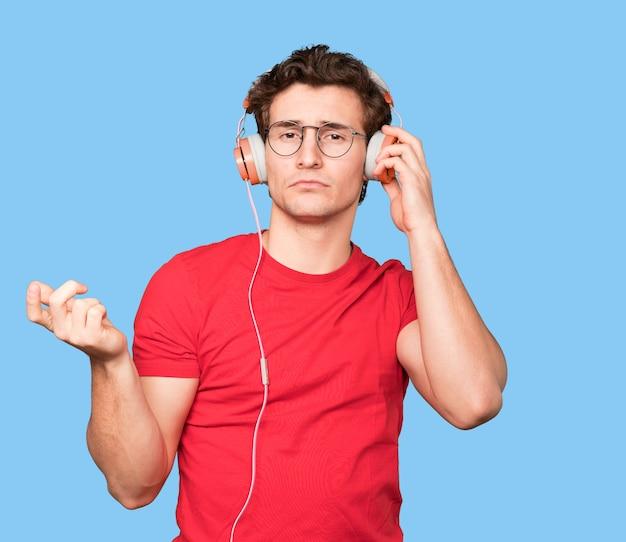 Обеспокоенный молодой человек делает жест замешательства