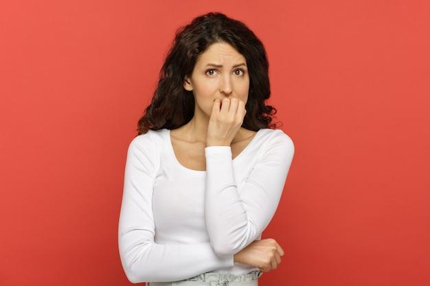 손톱을 물어 뜯는 스트레스에 무서워 걱정되는 젊은 여성이 문제에 빠지게됩니다.