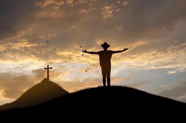 예배 개념 : 예수의 십자가에서 실루엣.