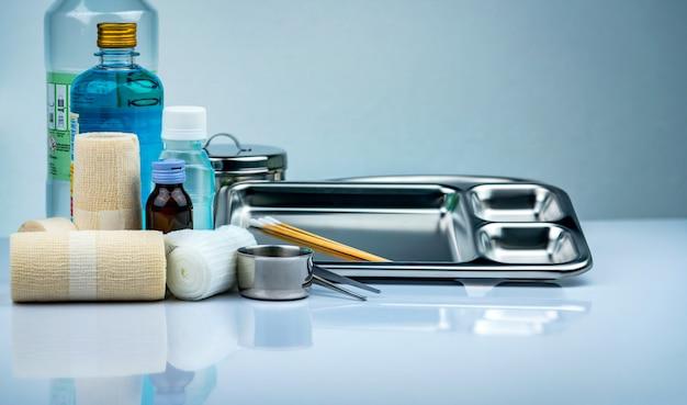 創傷ケア包帯セットとステンレス鋼プレート、鉗子、ヨウ素カップ、適合包帯、弾性凝集保持包帯、防腐剤および通常の生理食塩水ボトル。
