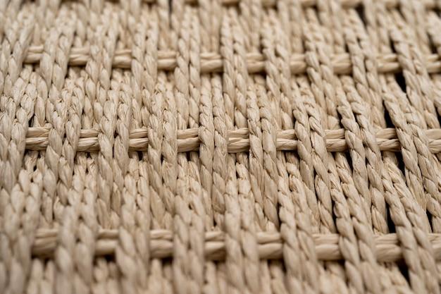 白い背景の木製の葦の枝編み細工品のテクスチャ背景に対して分離された編まれたバスケット