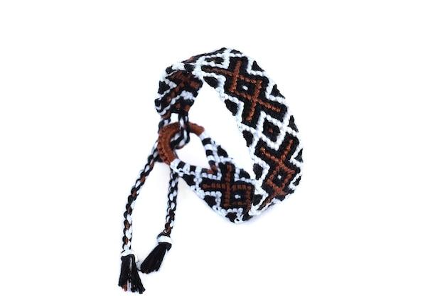Плетеный браслет дружбы своими руками ручной работы из вышивки яркими нитками с узелками на белом
