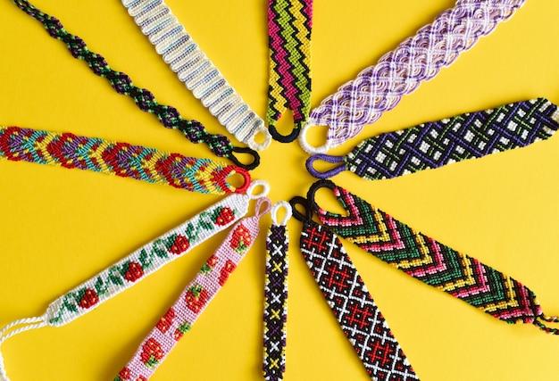 刺繡フロスで手作りされたdiyの友情ブレスレット