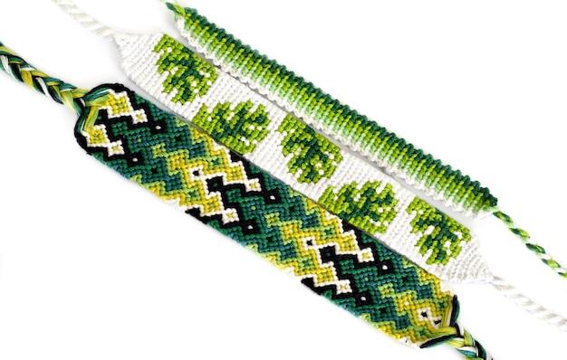 緑色のdiy友情ブレスレットを編んだ