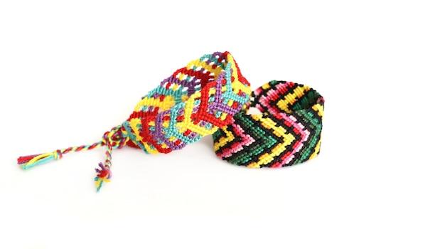 刺繍糸で作られたdiyの友情のブレスレット