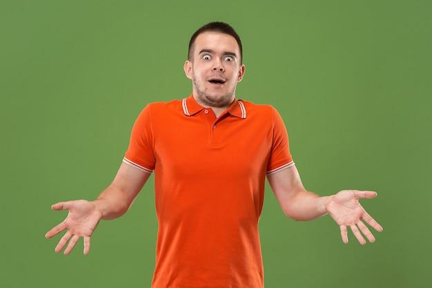 Вау. привлекательный мужской поясной передний портрет на зеленом