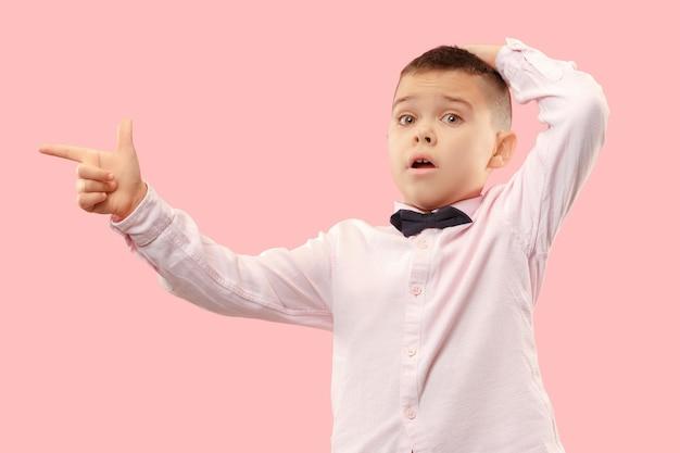 ワオ。ピンクの背景に魅力的な男性のハーフレングスのフロントポートレート。口を開けて立っている若い感情的な驚きの10代の少年
