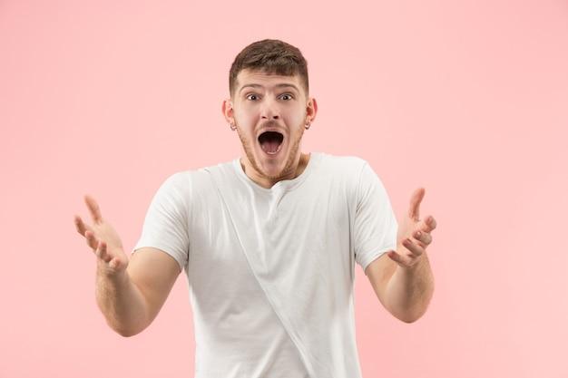 와. 핑크 스튜디오 backgroud에 매력적인 남성 절반 길이 전면 초상화. 젊은 감정적 인 놀된 수염 난된 남자 입을 열고 서. 인간의 감정, 표정 개념. 트렌디 한 색상