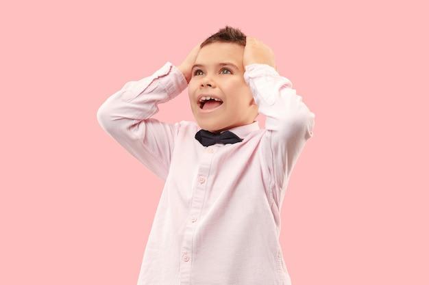 ワオ。ピンクのスタジオの背景に魅力的な男性のハーフレングスのフロントポートレート。口を開けて立っている若い感情的な驚いた十代の少年。人間の感情、表情のコンセプト。流行色