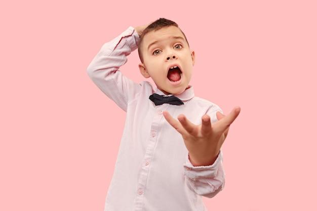 Вот это да. привлекательный мужской поясной передний портрет на розовом студийном backgroud. молодой эмоциональный удивленный мальчик-подросток, стоя с открытым ртом. человеческие эмоции, концепция выражения лица. модные цвета